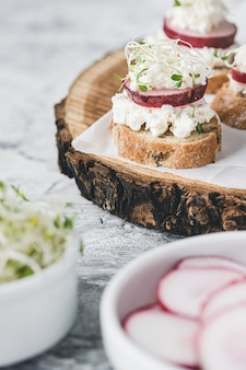 Вегетарианские тосты с редисом и рикоттой