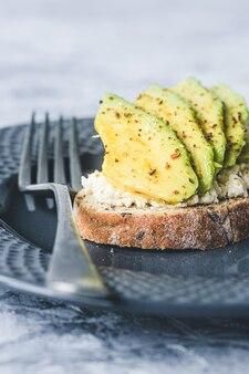 Вегетарианские тосты с авокадо и рикоттой