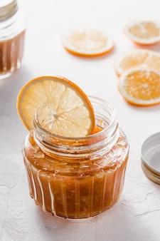 Вкусный апельсиновый джем в стеклянной банке