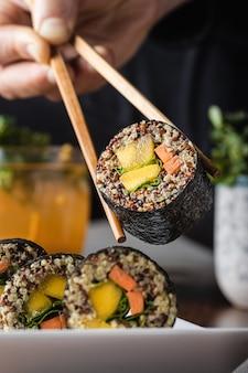 Вкусный веганский суши ролл с деревянными палочками
