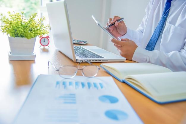 Деловой человек, работающих в офисе с цифровой планшет и документы на своем столе