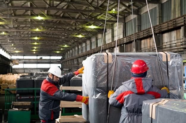 Грузчики работают на заводе