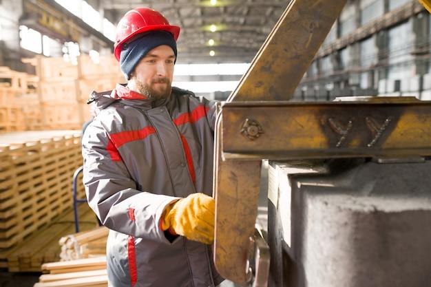 Молодой работник на заводе
