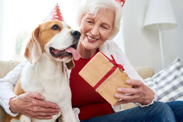 Старшая женщина празднует свой день рождения собаки