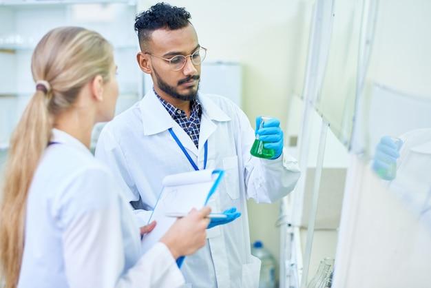 Студенты-медики в лаборатории