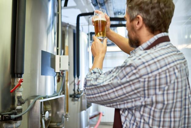 Уверенный инспектор в современной пивоварне