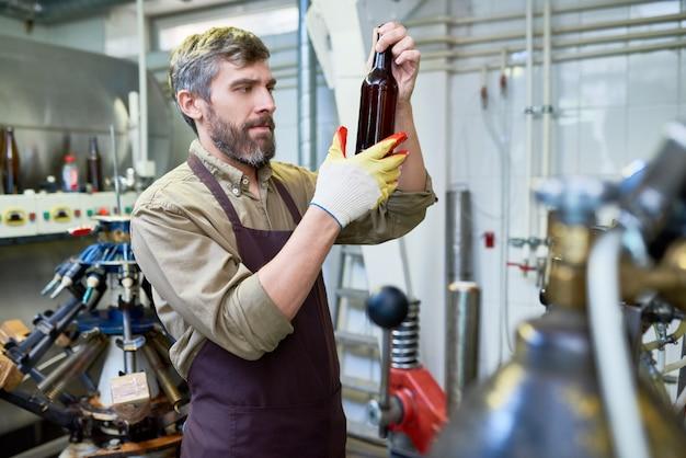 Красивый пивовар, проводящий инспекцию