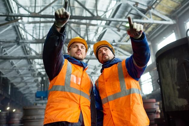 Бородатые рабочие современного завода