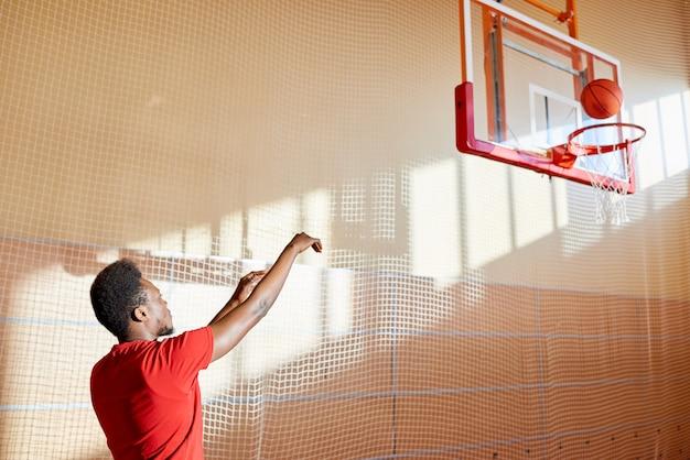 コートで訓練された熟練した若いバスケットボール選手