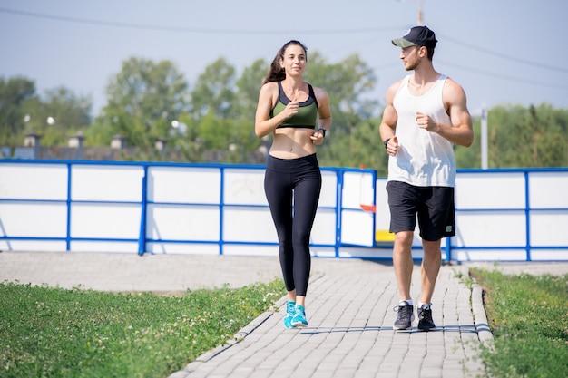 Активная молодая пара, бегающая трусцой