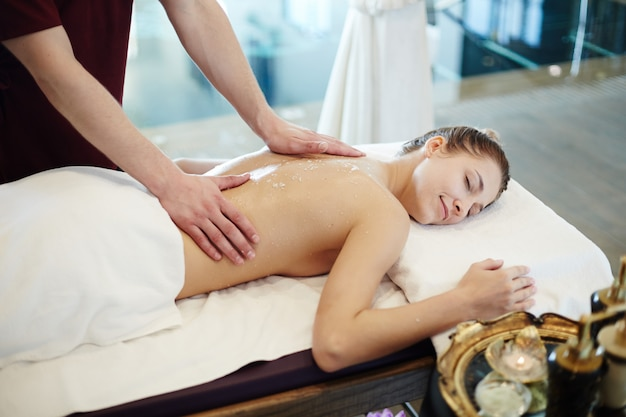 Женщина наслаждается массажем в спа