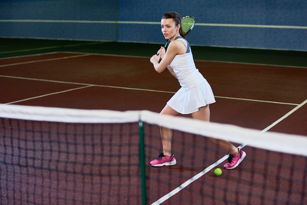 Активная женщина играет в теннис