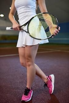 Симпатичная теннисистка, держащая ракетку