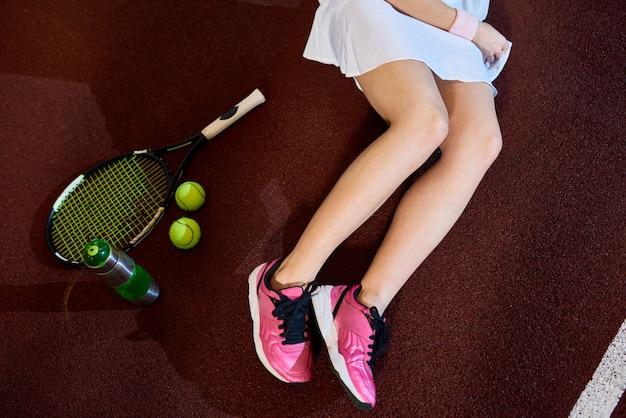 Молодая женщина на теннисном корте