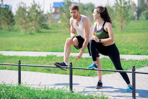 Молодая пара протягивает ноги на открытом воздухе