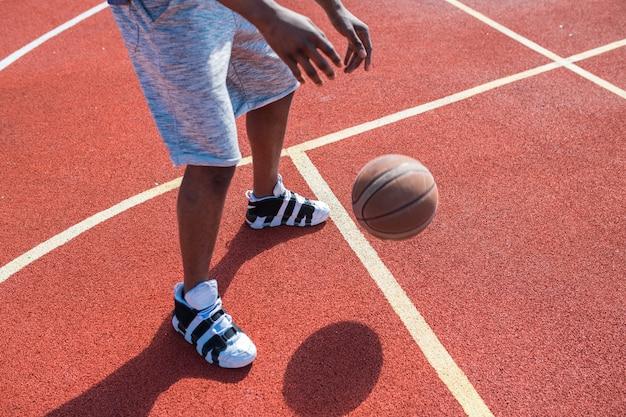 認識できないバスケットボール選手のドリブルボール