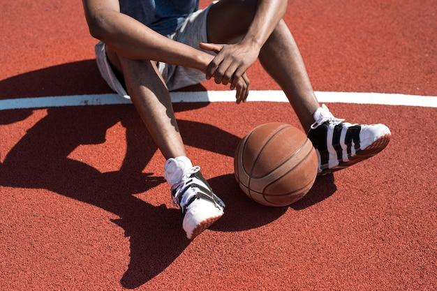 裁判所に座っているバスケットボール選手