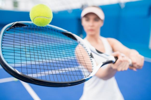 Женщина играет в теннис