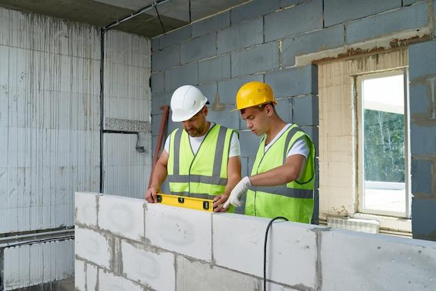 Строители строительная стена