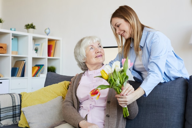 母に花を与える女性