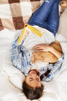 Вид сверху счастливая женщина обнимаются с кошкой