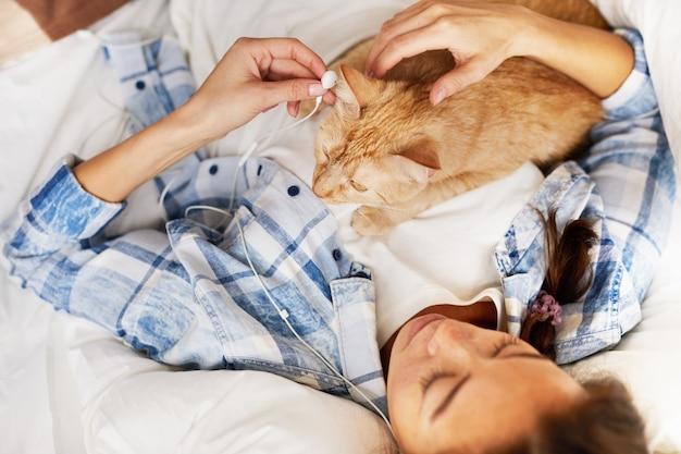 Прослушивание музыки с котом