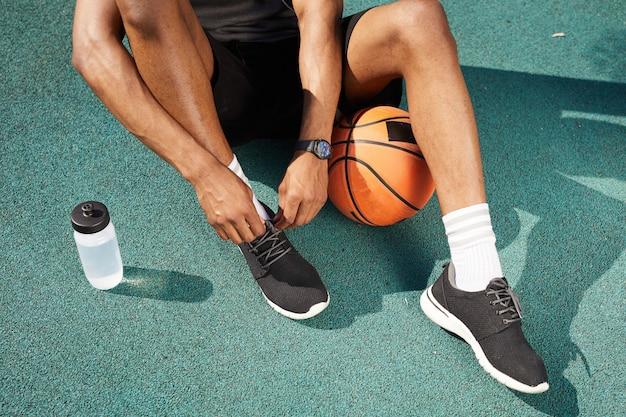 アフリカ系アメリカ人男性の靴を結ぶ