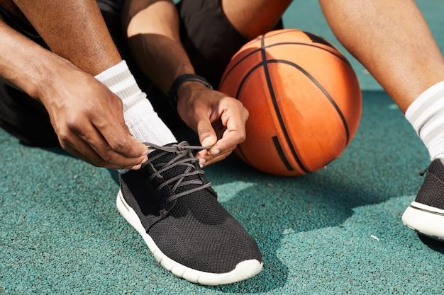 アフリカのスポーツマンの靴を結ぶ