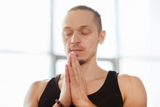 瞑想を練習している穏やかな男