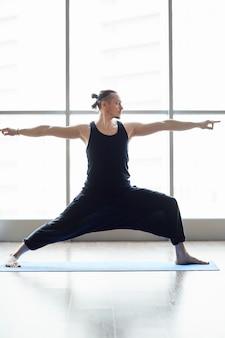 Йоги делают упражнение на равновесие