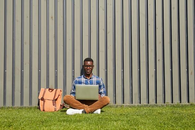Афро-американский студент, используя ноутбук