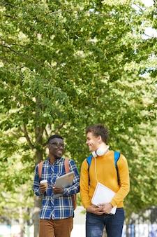 Два студента колледжа гуляют в кампусе