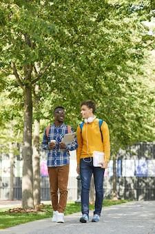 Студенты колледжа гуляют в кампусе