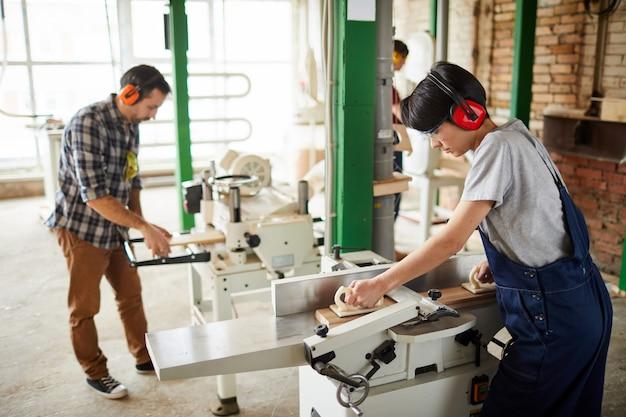 木工機械を使用する労働者