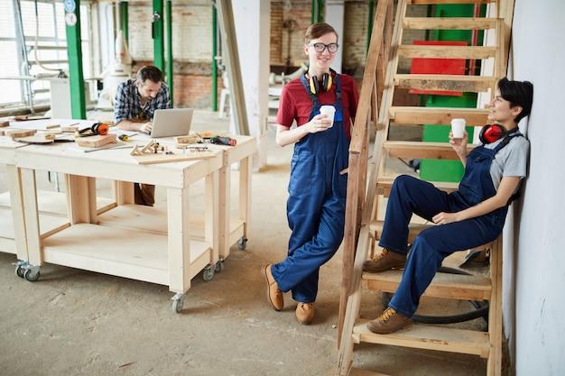 若い労働者がコーヒーブレークでリラックス