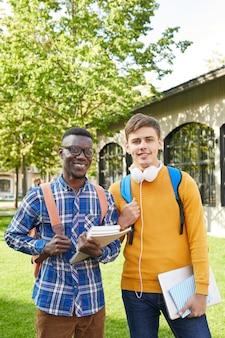 Двое студентов позируют на улице