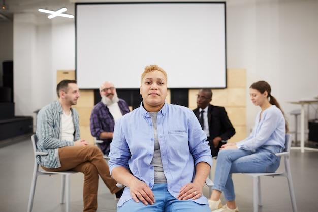 グループ療法でポーズの女性