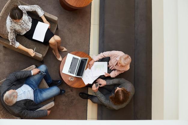 Встреча людей в бизнес лобби вид сверху