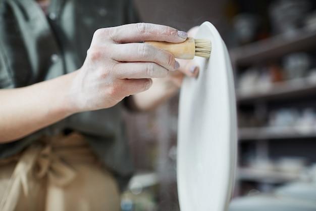 Женский керамист крупным планом