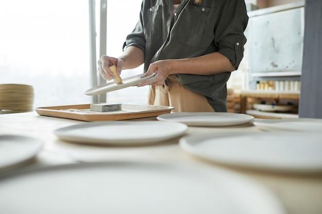 Неузнаваемая женщина-керамистка
