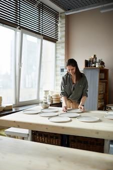 Женский керамист, работающий в студии