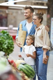 家族の食料品を一緒に買い物