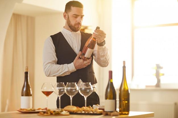 Сомелье выбирая вино