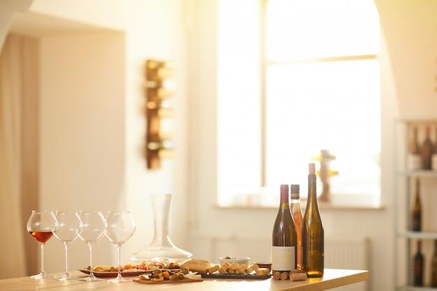 日光の下でワインの試飲