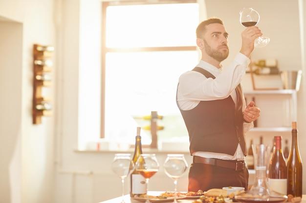 Сомелье, оценивающий вино