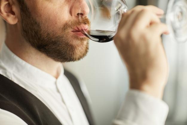 ワインを飲む人のクローズアップ