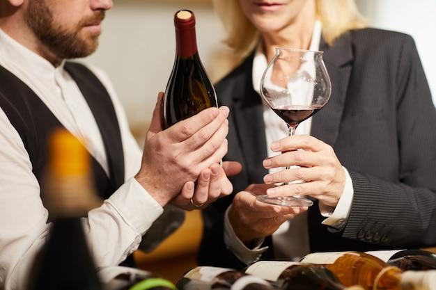 ソムリエがワインのクローズアップを選択