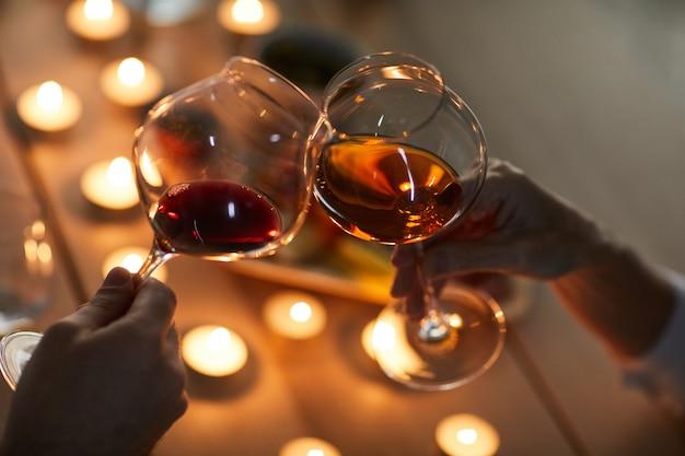 カップル飲むワインのクローズアップ