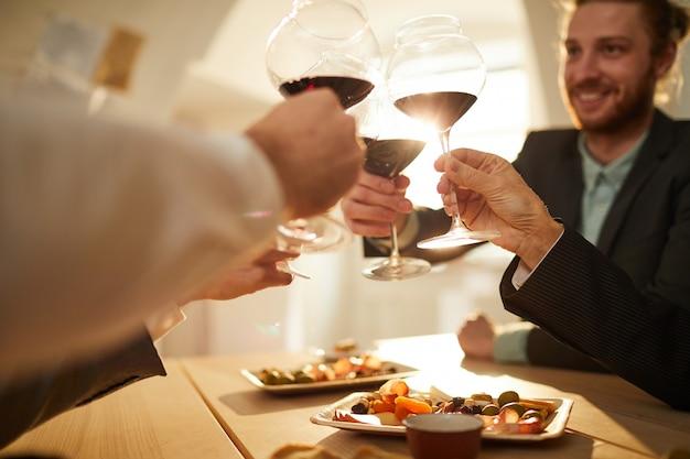 ワインを飲むビジネス人々