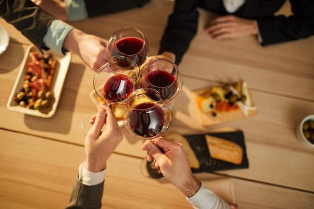 ワインを飲む人のトップビュー